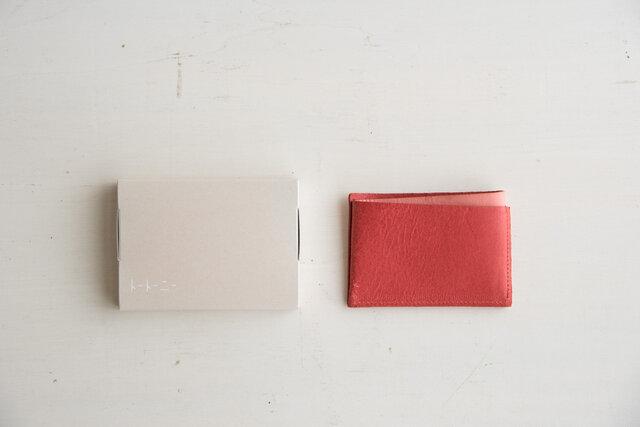 ダブルは一枚の革を、三つ折りし、仕切りはループ状になるよう縫製しています。使っているうちにどんどん馴染んでいきます。