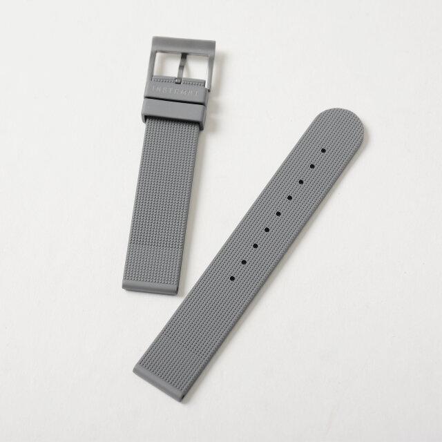 ベルトにはイタリア製のラバーを使用。生活防水仕様で、デザインだけでなく時計としての機能性を求めた、各ディテールやマテリアルに対してのこだわりも感じられます。