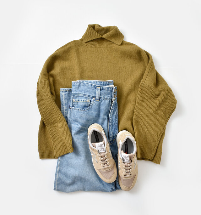 どんなボトムスにも合わせやすいベーシックなデザインなので、デニムを合わせてさらっとシンプルに着こなすのもおすすめ。カジュアルにも大人っぽくも着られる万能選手です。