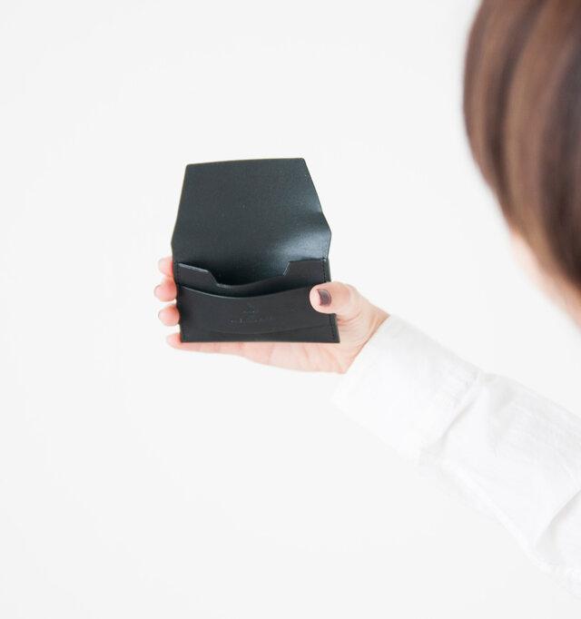 コップのように口が大きく開き、薄いマチなし設計で、必要な枚数のカードをスムーズに入れることができます。必要なものだけを入れられるため、バッグの荷物は必然的にスッキリとさせてくれます。