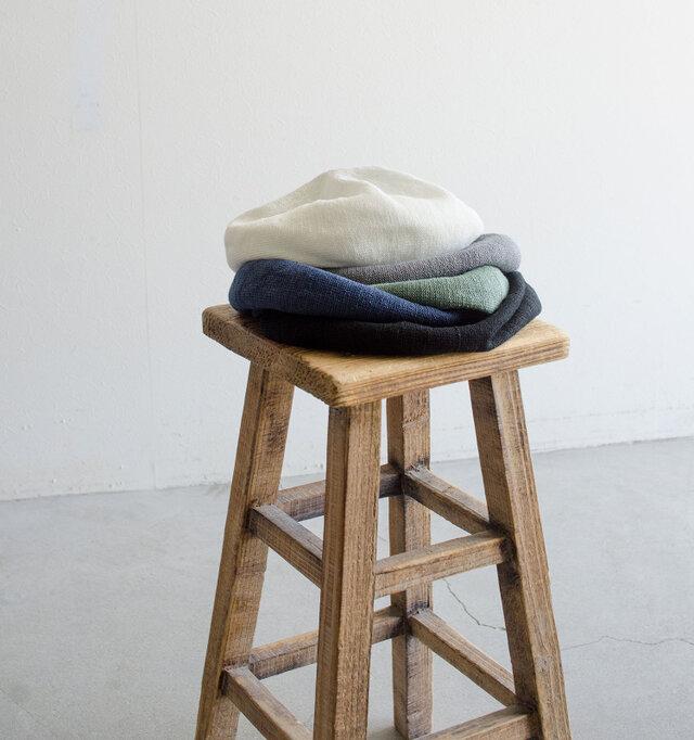リネンを使用したベレー帽は涼やかで快適な被り心地。トップのカラーステッチや、一か所だけつまみを施したりと、一見シンプルながらもchisakiのエッセンスが詰まったデザインが魅力です。