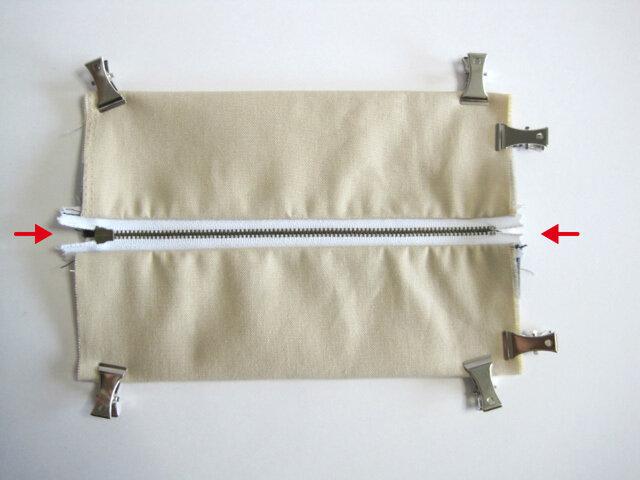 (15)縫いつけたタグと、ファスナーが中心になるように重ね合わせます。