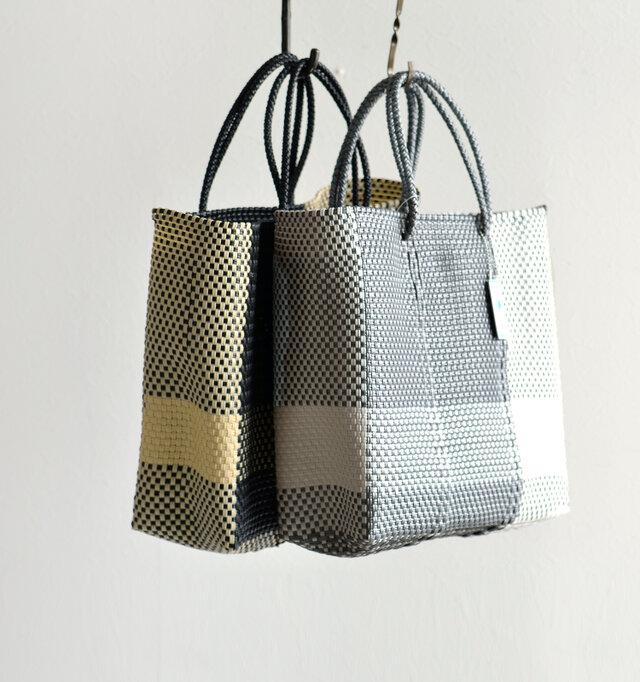 """""""メルカド""""とは市場を意味し、メキシコではマルシェバッグとして利用されています。 見た目も可愛らしく丈夫なので、気兼ねなく使える万能アイテム。ハンドメイドの温もりが伝わるデザインも魅力。"""