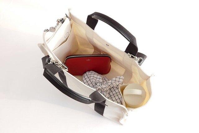 内装のサイドポケットは500mlのペットボトルがぴったり入ります。  ボトルホルダーとして、また携帯電話や長財布など頻繁に出し入れするものを入れておくのも便利です。