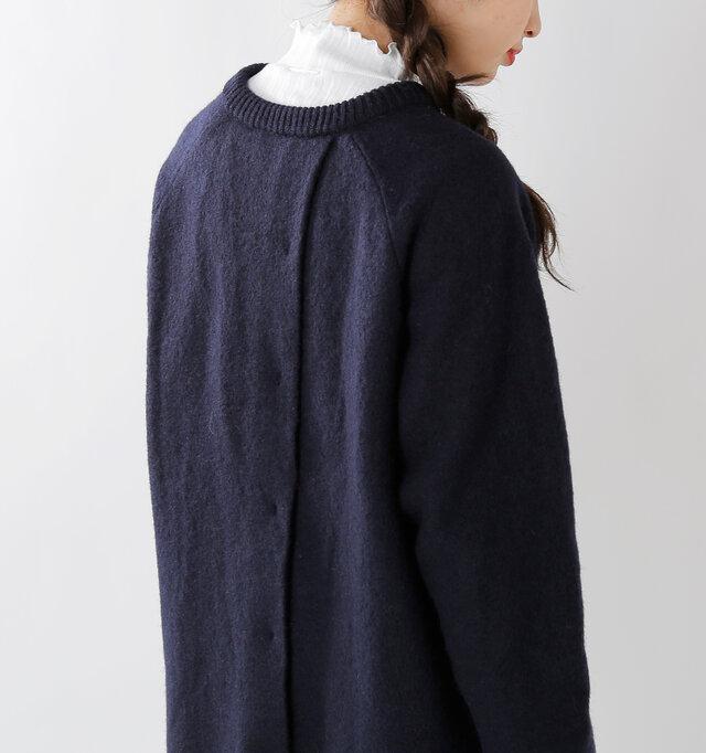 背面は斜めにレイヤードさせたさりげなくも大胆なデザインに。 点々と縫い留められた縫製部分もなんだか愛らしい後ろ姿です。