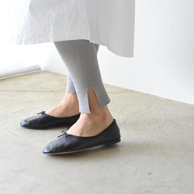 伸縮性の高いリブレギンス仕様で、細見え効果も◎。 ヘムラインのスリットが足元に女性らしいニュアンスをプラスします。