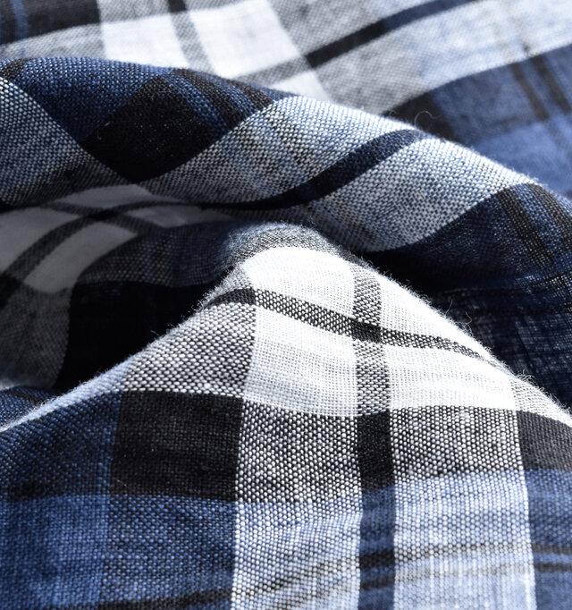 上質なリネンがもつナチュラルな雰囲気と、トラディショナルなデザインが融合されたデザイン。 製品洗いを施し、程良くくったりとした肌なじみのいい柔らかさに仕上げ、それでいてリネンならではのハリ感も残しています。
