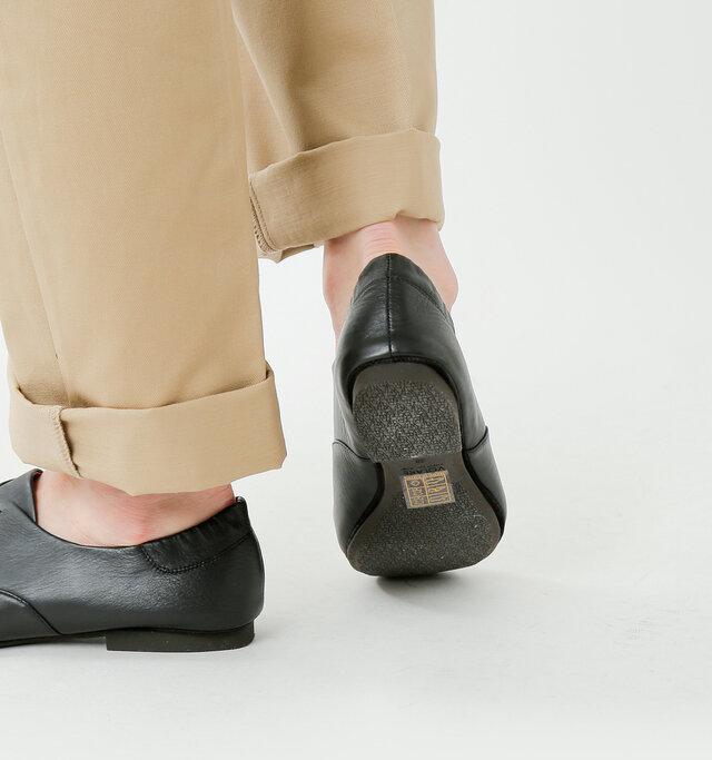 フラットソールと軽いレザーで、まるで履いていないかのような軽快な履き心地。 きちんと感もあるので、通勤・通学などのデイリーからお呼ばれまで、幅広く対応します。