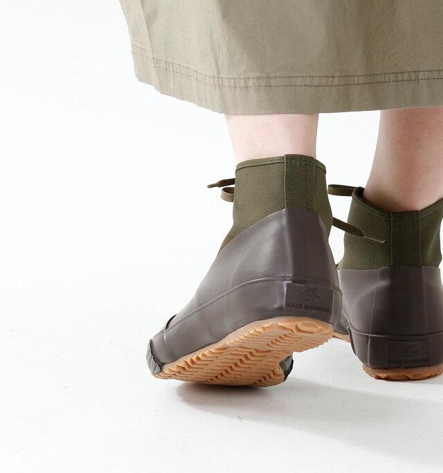 オールウェザーという名の通り、つま先からサイドにかけて底がラバーで覆われているため、雨降りで濡れた路面や泥道でも気兼ねなく履くことができます。