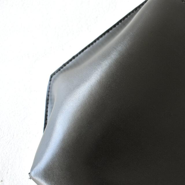 上質な艶をもつ、スプリットレザー(床革)を使用。 比較的雨にも耐久し、お手入れしやすいという実用性を兼ね備えています。