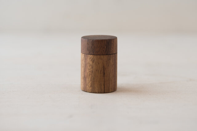 シソーの木でできた器もハンドメイド。リップを使い終わった器は磨いてアクセサリー入れなどにご利用ください。