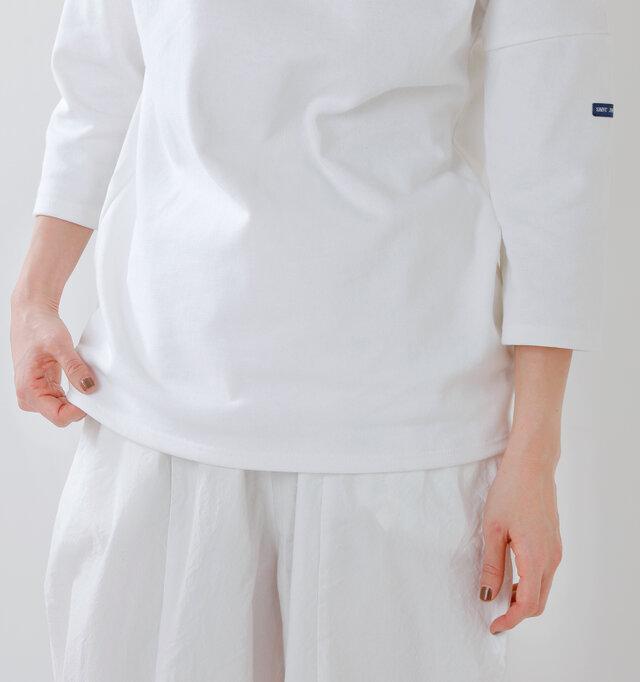 T3(サイズ3)のゆったりめのサイズ感が今季らしい。 裾丈も程よくタックインしてもすっきり着こなしていただけます。