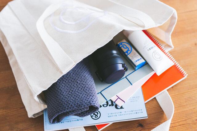 しっかりしたつくりで、重い荷物を入れても大丈夫。 大判の雑誌や、B4サイズのスケッチブックもすっぽりと入ります。