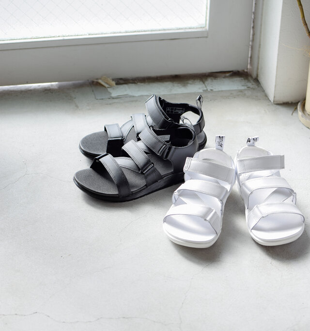 お色はブラックとホワイトの2色展開。 ワンカラーで統一されたスタイリッシュなデザインで、モノトーンの足元が大人のスタイルに格上げしてくれます。