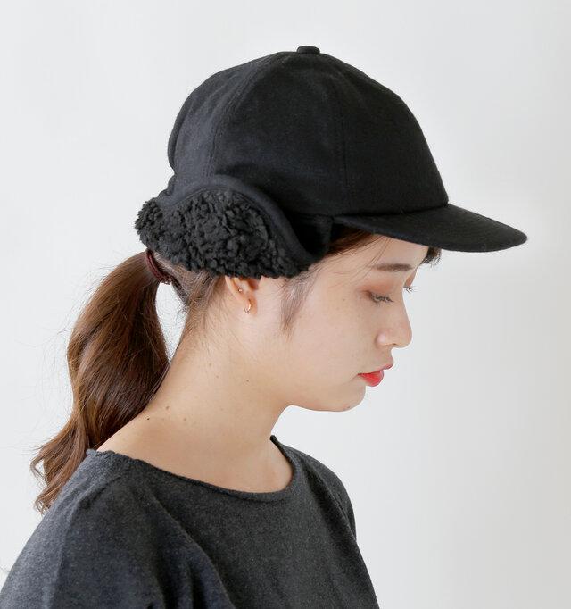 ボアの耳あてが付いたユニークなキャップは、コーディネイトの主役にぴったりのアイテム。