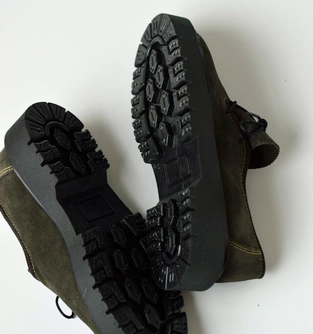 登山靴にも使用できるタフなアウトソール。ギャップの多い場所でも抜群のグリップ力を発揮する、頑丈なラギッドソールを採用。
