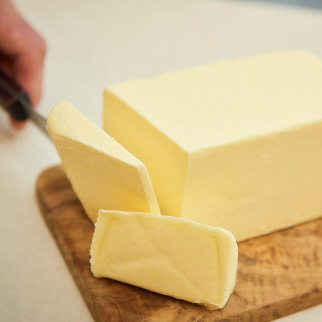  無塩バター その時期に一番合う良質なバターを使用しています。マーガリンやショートニングなど食品添加物の入った油脂を一切使用しませんので、安心してお召し上がりいただけます。