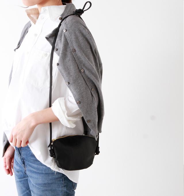 小さなバッグの雰囲気を壊さない華奢なショルダーストラップは、サイドを結んだだけのシンプルな作り。バッグと同じレザーを使用し、華奢ながらしっかりとした使用感です。 また、好みの長さで自由に長さ調節ができ、ストラップを外せばポーチとしても使用できる2way仕様。コスメポーチや貴重品入れとして、毎日使うバッグの中に入れていてもコンパクトなので荷物になりません。