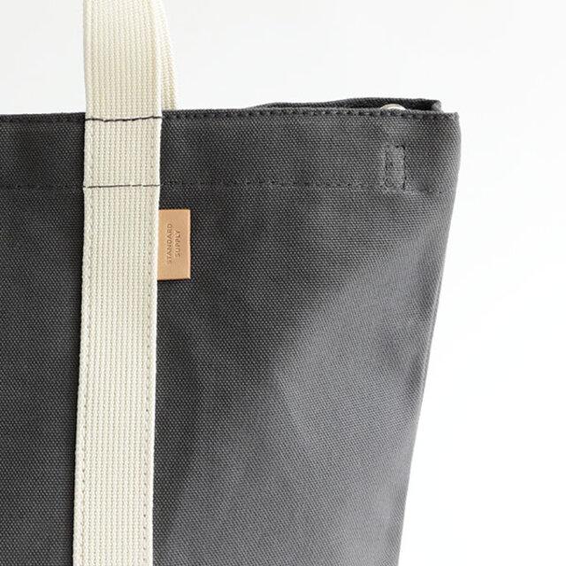 素材にはコンパクトコーマ糸と呼ばれる通常の帆布の倍の撚糸を掛けて国内の帆布工場で織られた帆布を使用しています。 コンパクトコーマ糸を使用することにより、素材の持つ風合いを損なうことなく、より光沢感を増し、滑らかで毛羽感の極めて少ない上品な雰囲気に仕上がっています。 また、ピスネームにレザーを使用することで、カジュアルになり過ぎず、少し大人の表情に。