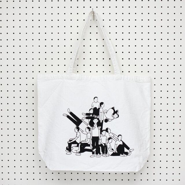蓮沼執太フィルのアルバム『時が奏でる Time plays - and so do we.』の発売を記念したツアーのために制作されたトートバッグ。 15人のメンバーそれぞれが演奏して繋がっていくイメージをユニークに表現した、インパクトのあるイラストです。