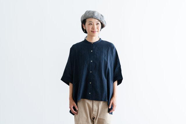 コットンリネンの軽やかな素材感で、じっとり暑い季節にもさらりと着ていただけます。 しわ加工が入っているので、洗いざらしをさっと羽織れるのもうれしいポイントです。
