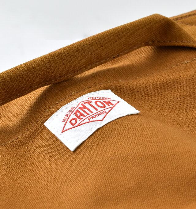 コットン100%の丈夫なキャンバス生地で扱いやすいところが特徴。カジュアルな雰囲気で、デイリーコーデに馴染みやすい素材です。