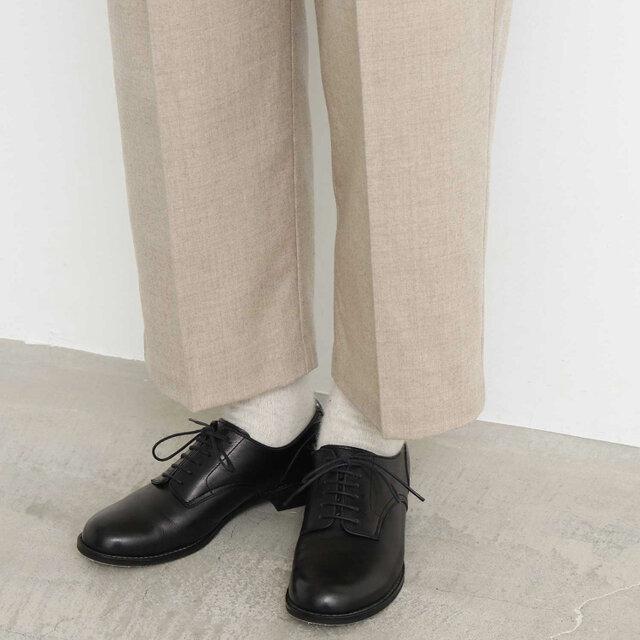 裾は少し短め。足元のおしゃれを楽しめますよ。
