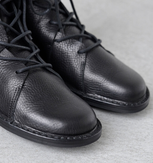 足先は丸みのあるボリュームを持たせたシルエット。シボ付けし、履けば履くほど味わい深い風合いを楽しむことができます。