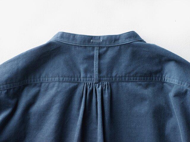 背中に施されたプリーツなどは、ヨーロッパのクラシカルなシャツを彷彿させられるディテールになっています。