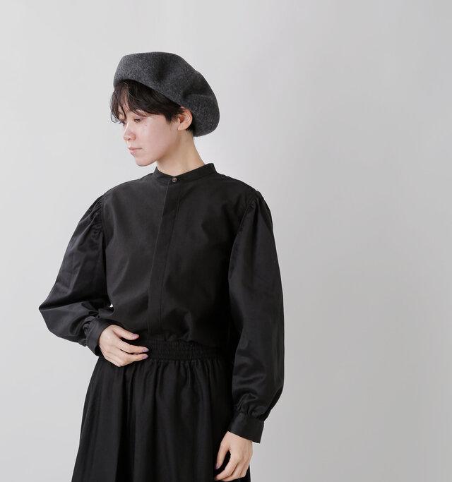 小ぶりのバンドカラー。 きちんと感のある ブラックシャツ
