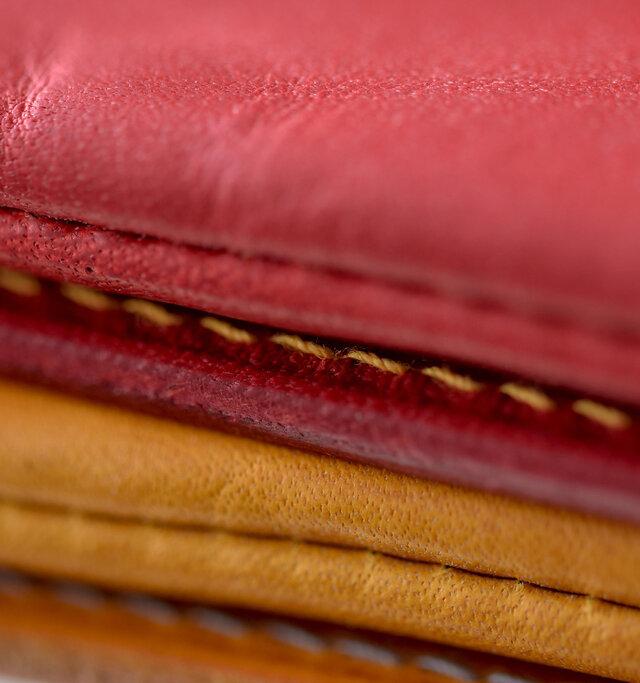 ヴァケッタレザーは、1200年程前の9世紀初頭からイタリア/トスカーナ地方に伝わる伝統的な皮革製造法で作り続けられてきた革。このシリーズは、TEMPESTI(テンペスティ)社のELBAMATTと呼ばれる革を使っています。