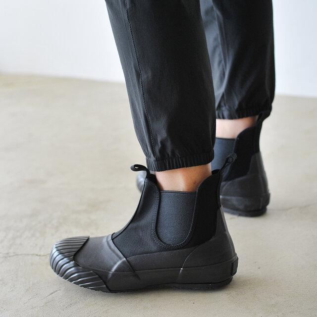 やや短めに設定された9分丈の裾は足元を軽快に見せてくれるジョガーパンツ仕様です。