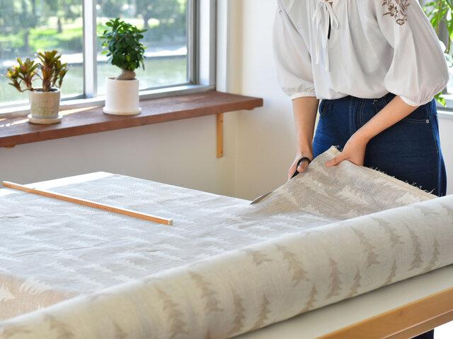 バッグやポーチを手作りされても素敵ですよ!クッションカバーやカーテンで高級感のある空間づくりを担ってくれそう。