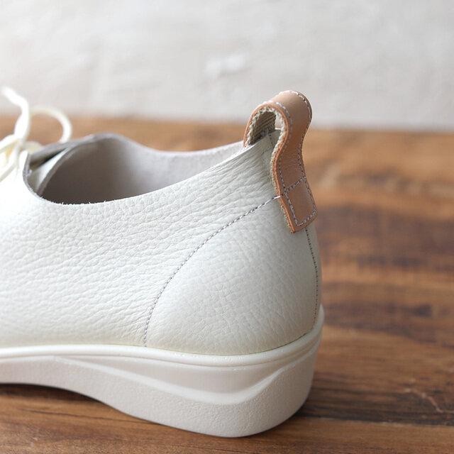 かかと部分のヌメ革のループはデザインのポイント。脱ぎ履きもスムーズに。