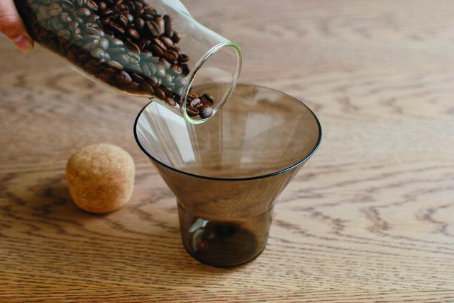 ホルダーには目盛りが記されているので、コーヒー豆の計量カップとしても使えますよ。