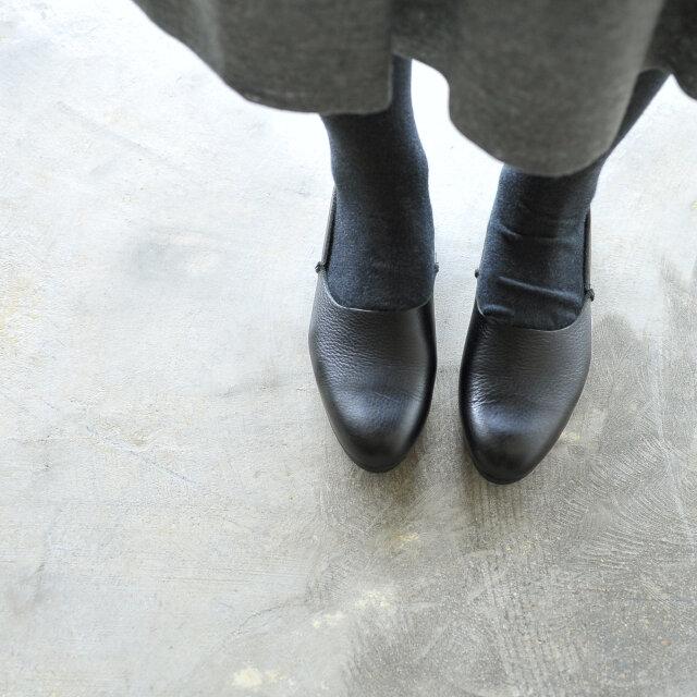 革靴の甲の部分やつま先に飾りはなく、シンプルな形状をしたプレーントゥ。 丸みのあるフォルムがより可愛らしさをプラスします。