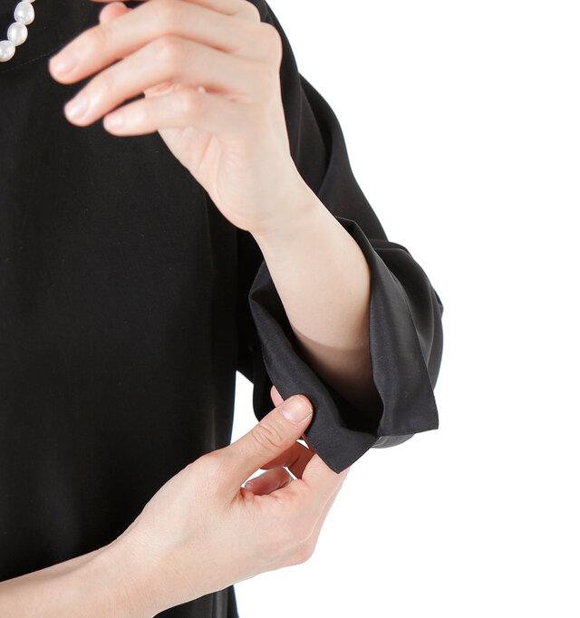お袖はスリット入りで軽やかに。少し折り返してスッキリとさせ、手元に存在感を持たせてもいいですね◎。フォーマルデザインながらも遊び心が加わり、楽しみながら着用できます。