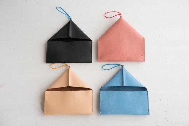 折紙のような、三角屋根のおうちのような、なんだか不思議なシルエット。実はこれ、お財布なんです。