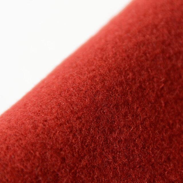 着崩れにくい安心感のあるウール混素材を使用。程良く肉厚でしっかりとした生地は、遮風性に優れています。高密度に織り上げられた生地がクラシックで深みのある表情を惹き立てています。