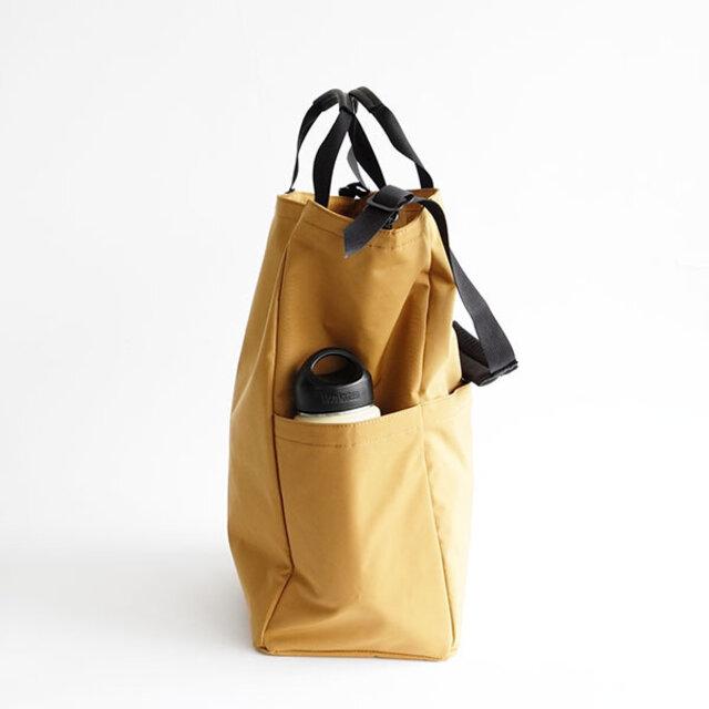 サイドには、マチ付きのポケット付き。折り畳み傘や、ペットボトルなど厚みのあるものも収納ができます。