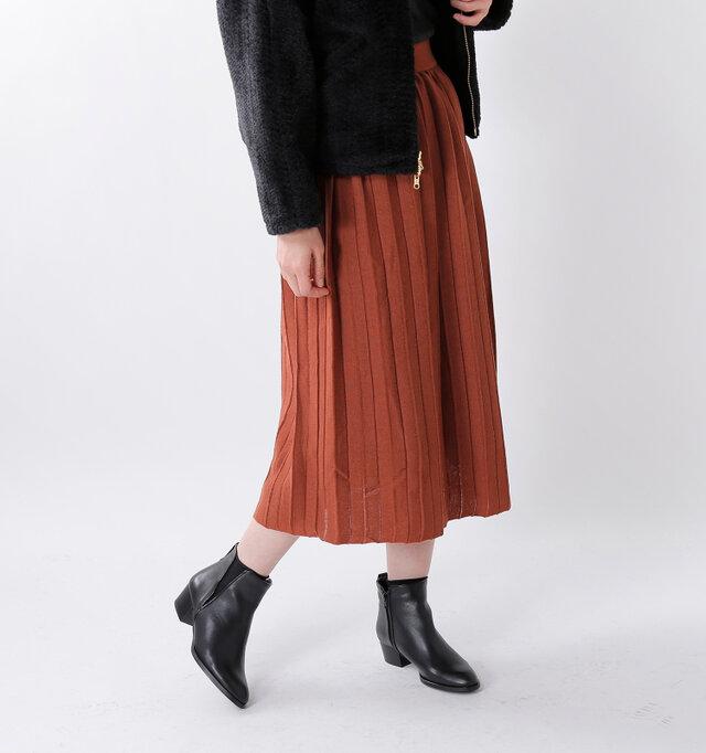 マキシ丈のプリーツ風ニットスカートです。横に広がらないIラインシルエットが◎