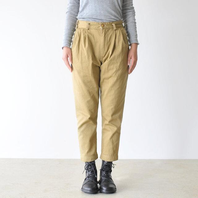 履くだけでスッと背筋が伸びる、シンプルなデザイン。 フロントにはほんのりタックが施され、腰周りにボリュームが出て可愛らしさもプラスしてくれます。