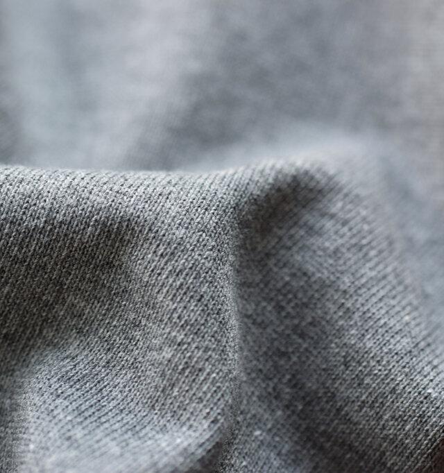 素材はオーチバル定番のコットンルールドですが、やや厚みのある生地感となっており、定番人気を誇るオーシバルのB419よりも生地感に程良い厚みがあります。しっかりと目の詰まった上質な綿100%生地です。筬の毎週が多い為厚地となり、丈夫な生地感です。着る程に体に馴染み、より優しい肌触りとなります。1枚でも透け感がなく安心して着用可能。洗濯にも強く、タフさも人気のポイントです。