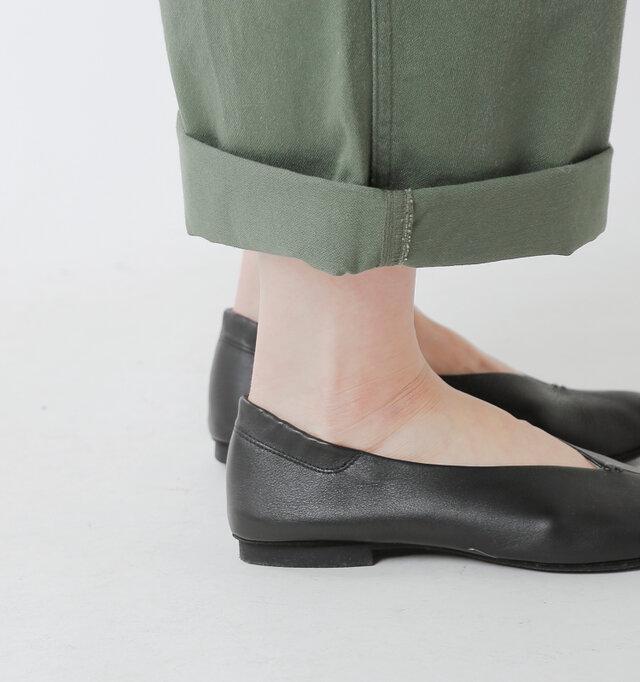 かかと部分にシャーリングゴムが内蔵されており、かかとをやさしく包み込みます。 素足で履いても脱げにくく、快適な履き心地を叶えます。
