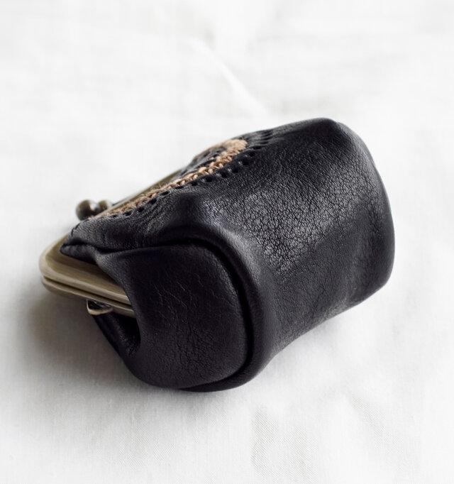 オイルを含んだ革は手に馴染みやすく、程良い厚みで丈夫さ、しなやかさを兼ね備えているので日常使いに適しています。気兼ねなくラフに使用したいですね。