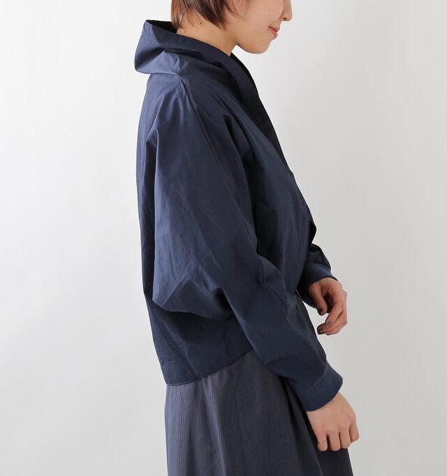 両サイドには、シンプルなポケットが施されています。リブの袖口でフィット感のある着心地。