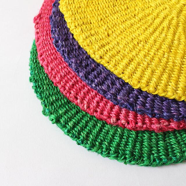 コーディネートを問わずに活躍する小さめのサイズ。 カラーは、パープル、ピンク、イエロー、グリーンの4色展開です。