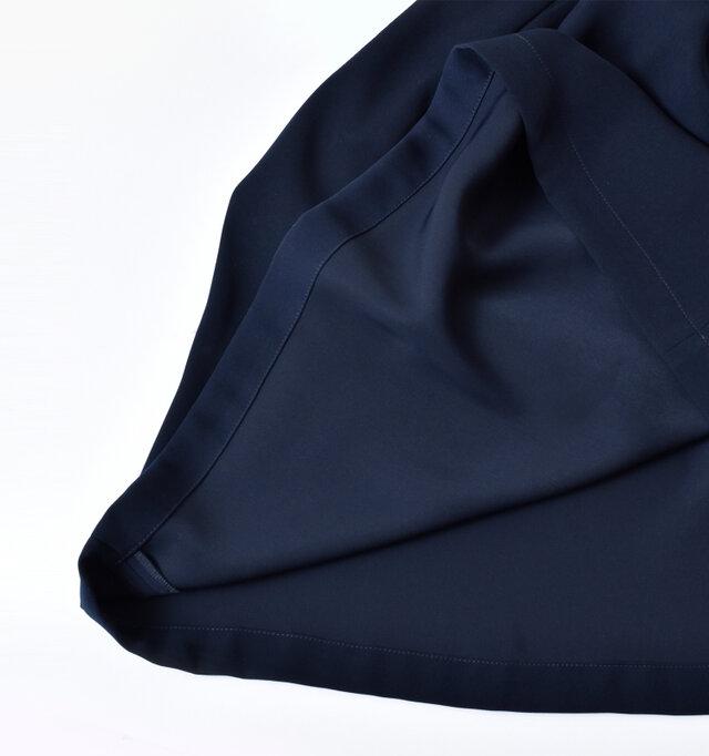 裏地は付いていませんが、さらりとした滑りの良い表面感でスムーズに着用できます。