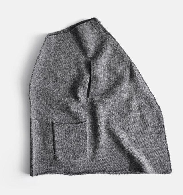 前後ではなく、左右を縫い合わせた不思議な形。着ると女性らしさを引き立たせる、独特のシルエットが完成します。
