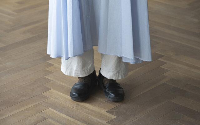 ドレープがたっぷり入っているので、足元が綺麗に。丈感は前がすこし短くなっているのでバランスよく着ていただけます。